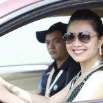 Phụ nữ lái xe ô tô