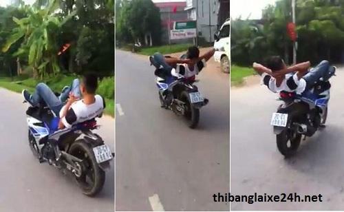 Phạt nặng nếu lái xe máy bằng chân